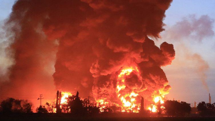 L'incendie dans la raffinerie deBalongan (Indonésie), le 29 mars 2021. (AGUS SIPUR / AFP)