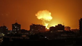Un bombardement israélien sur la bande de Gaza, le 18 août 2020. (MAHMUD HAMS / AFP)