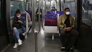 Les passagers de la ligne 13 du métro parisien portent un masque en pleine épidémie de Covid-19, le 7 mai 2020. (AURELIE AUDUREAU / MAXPPP)