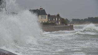 De fortes vagues battent le littoral breton, le 3 février 2017. (MAXPPP)