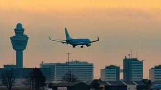 Un avion Boeing de la compagnie KLM atterrità l'aéroport d'AmsterdamSchiphol, aux Pays-Bas, le 22 novembre 2020. (NICOLAS ECONOMOU / NURPHOTO / AFP)