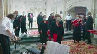 Chanter dans une chorale en pleine épidémie de Covid-19 peut être un exercice difficile. Les chorales doivent donc se réorganiser, à l'image duchœurCrescendo#, à Folleville (Somme). (France 3)