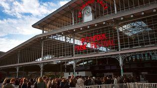 La queue s'allonge au Pitchfork festival à la Grande Halle de la Villette...  (Vincent Arbelet)