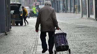 Une personne âgée dans une rue de Lille (Nord), le 20 avril 2021. (MAXPPP)
