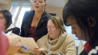 Des jeunes encadrés dans leur recherce d'emploi à la mission local de Dreux (Eure-et-Loir), en janvier 2008. (ALAIN JOCARD / AFP)