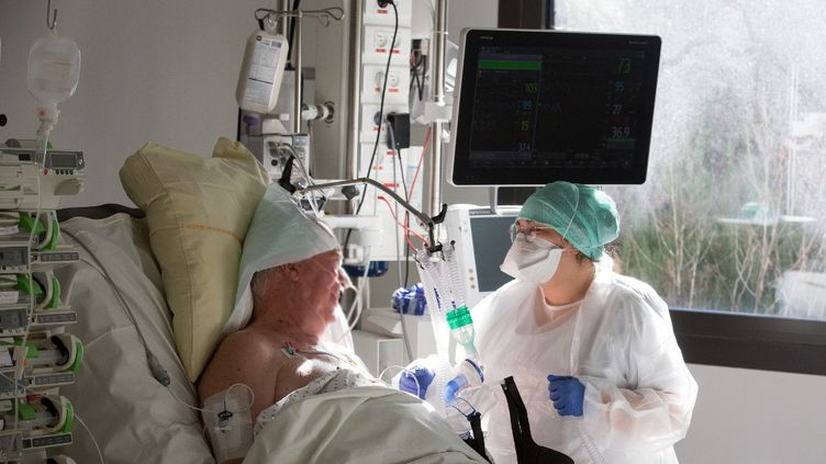Un patient hospitalisé dans le service de réanimation du CHU de Purpan, à Toulouse (Haute-Garonne), le 27 novembre 2020. (FR?D?RIC SCHEIBER / HANS LUCAS / AFP)