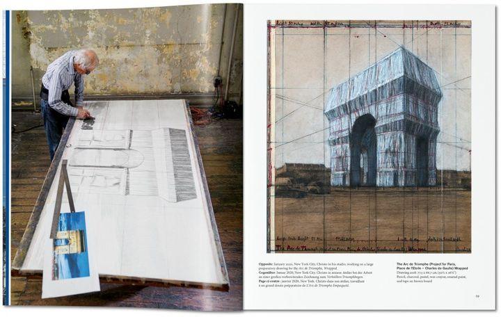 """Christo à l'oeuvre pour """"L'arc de Triomphe Wrapped"""" et un de ses dessins préparatoires (janvier 2020) (WOLFGANG VOLZ / EDITIONS TASCHEN)"""