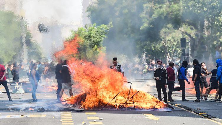 Des manifestants au Chili, le 19 octobre 2019. (MARTIN BERNETTI / AFP)