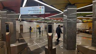Une caméra de reconnaissance faciale sur un portique d'entrée de la station Sretinsky Bulvard, dans le métro de Moscou (Russie), le 14 octobre 2021. (SYLVAIN TRONCHET / RADIO FRANCE)