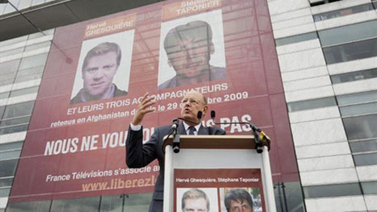 Rémy Pflimlin au rassemblement marquant les 9 mois de détention d'Hervé Ghesquière et Stéphane Taponier (AFP/ETIENNE LAURENT)