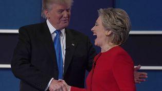 Hillary Clinton et Donald Trump se serrernt la main à la fin du débat du 26 septembre 2016 (JEWEL SAMAD / AFP)