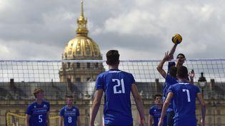 Une équipe de volley s'entraîne sur l'esplanade desInvalides, le 24 juin 2017, lors d'une journée de promotion de la candidature de Paris à l'organisation des JO 2024. (ALAIN JOCARD / AFP)