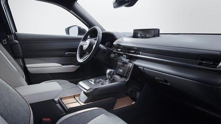 La planche de bord de cette Mazda CX 30 et ses touches de liège rappelant les origines du constructeur. (MAZDA POUR FRANCE INFO)