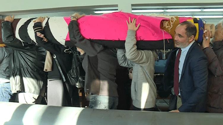 La tapisserie deBeatriz Milhazes quitte les ateliers de Felletin porté par les hommes du village