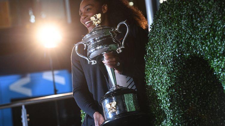La championne de tennis Serena Williams s'était plaint en août 2017 de l'inégalité des primes entre les hommes et les femmes dans sa discipline. Photo prise à Melbourne (Australie), le 29 janvier 2017 après sa victoire de l'Open d'Australie, face à sa soeur Venus. (WILLIAM WEST / AFP)