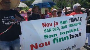 En Guadeloupe, un accord a été signé mardi 17 septembre au soir après deux mois et demi de grève au CHU de Pointe-à-Pitre. Les précisions de la journaliste Valérie Heurtel, en duplex sur place. (CAPTURE ECRAN FRANCE 2)