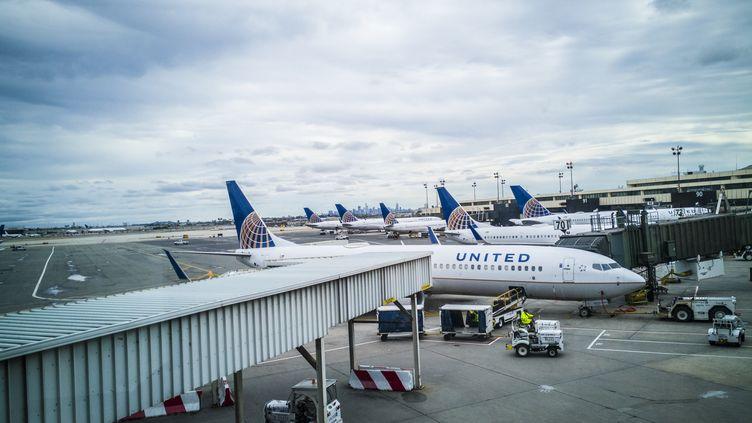 Des avions de la compagnie aérienne United Airlines à l'aéroport Newark Liberty International, le 16 octobre 2017. (MANUEL ROMANO / NURPHOTO / AFP)