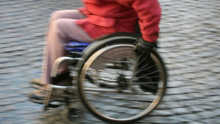 En moyenne,seulement 42% des réseaux de bus des villes sont accessibles aux personnes handicapées, selon le rapport annuel del'Association des paralysés de France, publié mardi 11 février 2014. (JOEL SAGET / AFP)