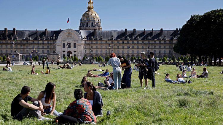 Devant l'hôtel des Invalides à Paris, le 19 mai 2020 (photo d'illustration). (THOMAS COEX / AFP)