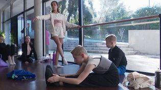 De jeunes Italiennes d'une école de danse de Mougins (Alpes-Maritimes) ont dû être placées en quarantaine dans l'établissement, dans leurs chambres, mercredi 26 février. Elles revenaient de vacances dans leur pays. (France 2)