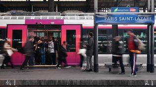 Des voyageurs à la gare Saint-Lazare à Paris, mardi 3 avril 2018. (JULIEN MATTIA / NURPHOTO / AFP)