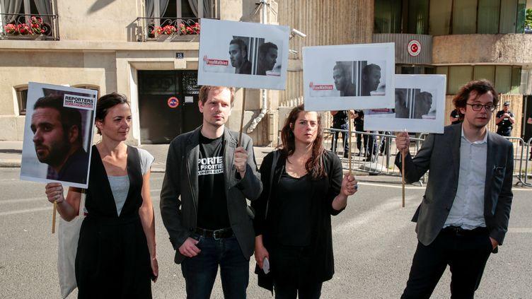 Des militants demandent la libération de Mathias Depardon, photojournaliste français détenu en Turquie, devant l'ambassade turque à Paris, le 25 mai 2017. (GEOFFROY VAN DER HASSELT / AFP)