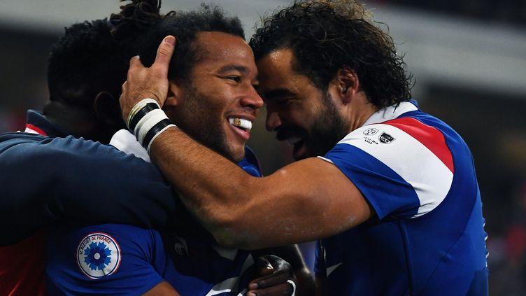 L'ailier des Bleus Teddy Thomas (au centre), félicité par ses partenaires, lors de la victoire de la France contre l'Argentine, samedi 17 novembre au stade Pierre-Mauroy de Lille. (ANNE-CHRISTINE POUJOULAT / AFP)