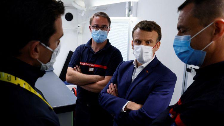 Emmanuel Macron, le chef de l'Etat, à l'arrivée de la 18e étape du Tour de France, le 15 juillet 2021. (THOMAS SAMSON / POOL / AFP)