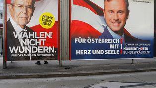 Affiches de campagne du candidat d'extrême droiteNorbert Hofer (à droite) et de son rival écologisteAlexander Van der Bellen, à Vienne, en Autriche, le 4 décembre 2016. (HEINZ-PETER BADER / REUTERS)