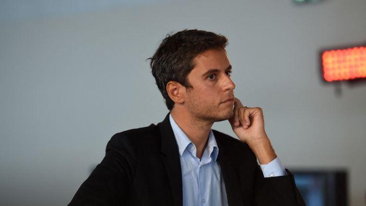Le secrétaire d'État français et porte-parole du gouvernement, Gabriel Attal, assiste à un débat lors de la Fête de l'Humanité, dans le parc de La Courneuve, au nord de Paris, le 11 septembre 2021. (LUCAS BARIOULET / AFP)