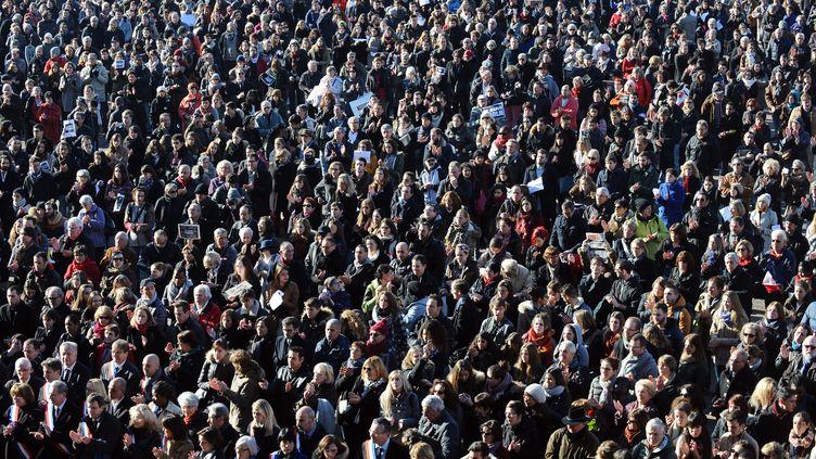 A Toulouse (Haute-Garonne), des milliers de personnes ont choisi de se retrouver devant la mairie. (REMY GABALDA / AFP)