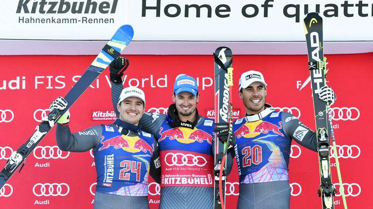 Les Français Valentin Giraud Moine (à gauche) et Johan Clarey, respectivement 2e et 3e de la descente de Kitzbühel, gagnée par l'Italien Dominik Paris (au centre). (HERBERT NEUBAUER / APA)