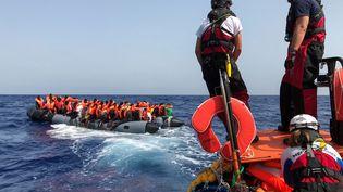Opération de sauvetage le 9 août 2019 en Méditerranée par l'ONG Médecins sans Frontières. (ANNE CHAON / AFP)