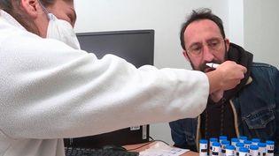 Avant la pandémie, l'anosmie, ou la perte de l'odorat, était un handicap peu connu. Il s'agit désormais de l'un des symptômes les plus répandus du Covid-19, et il peut malheureusement durer longtemps. (France 3)