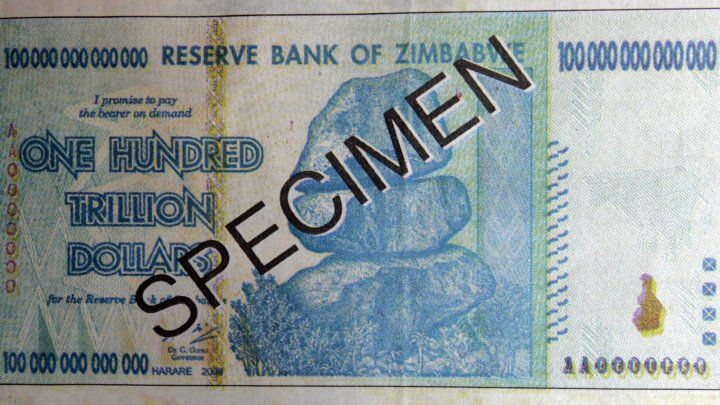 Un billet de 100.000 milliards de dollars, retiré de la circulation en juin 2015. (Desmond Kwande/ AFP)