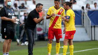 L'entraîneur du RC Lens, Franck Haise, dispense ses consignes à ses joueurs, lors du match contre Bordeaux, le 12 septembre. (ROMAIN PERROCHEAU / AFP)