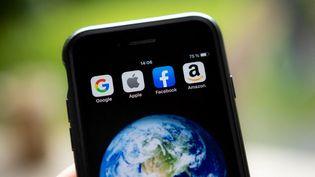 Les applications des multinationales Google, Amazon et Facebook sur un téléphone, le 28 juillet 2019. (DAVID HIMBERT / HANS LUCAS  / AFP)