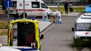 Des secouristes amènent une patiente atteinte du Covid-19 dans un hôpital àKommunarka, près de Moscou (Russie), le 30 juin 2021. (DIMITAR DILKOFF / AFP)