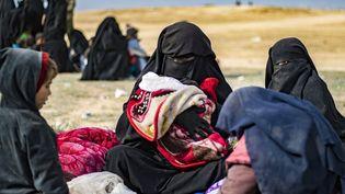 L'épouse du jihadisteJean-Michel Clain,Dorothée Maquere, avec quatre de ses enfants, dans la province syrienne de Deir Ezzor, le 5 mars 2019. (DELIL SOULEIMAN / AFP)