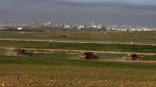 Selon la version du père de famille, un obus tiré par un char a touché sa maison quelques heures avant que l'armée israélienne ne mette fin à trois semaines d'offensive dans la bande de Gaza, en janvier 2009. Image d'archives de chars israéliens pendant l'opération Plomb durci (2008-2009). (MENAHEM KAHANA / AFP)