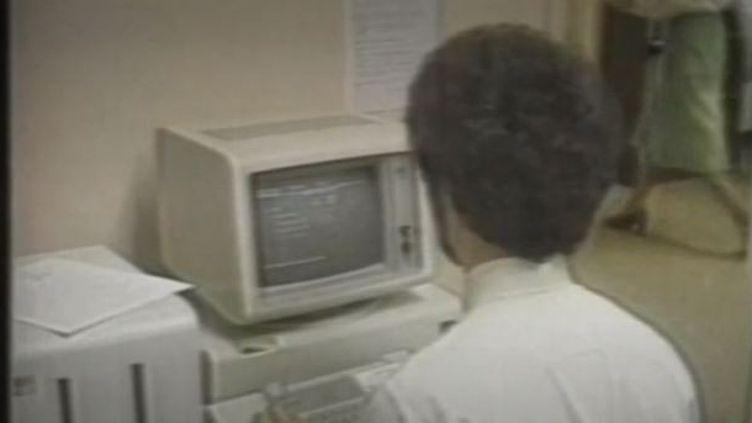 Le 12 août 1981 naissait à New York le premier ordinateur personnel: lepersonal computer 51-50d'IBM. Fruit du travail d'une petite équipe d'ingénieur, l'appareil fonctionnait à l'époque avec un lecteur de disquettes, c'est le début de la révolution informatique. (FRANCE 2)