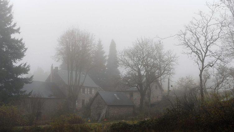 """La ferme où ont été arrêtés les membres du """"groupe Tarnac"""", à Tarnac (Corrèze), le 17 novembre 2008. (THIERRY ZOCCOLAN / AFP)"""