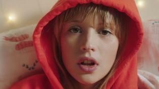 """La jeune chanteuse belge Angèle.  (capture écran du clip """"La loi de Murphy"""" signé Charlotte Abramow)"""