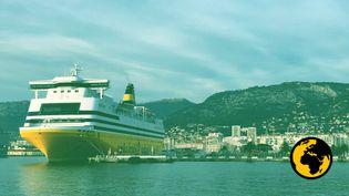 Un ferry, reliant le continent à la Corse, stationne dans le port de Toulon (Var), le 30décembre2018. (CAMILLE ADAOUST / FRANCEINFO)