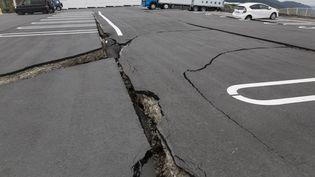 Une faille apparaît dans le sol, à Minamiaso, dans la région de Kumamoto, au Japon, samedi 16 avril 2016. (RICHARD ATRERO DE GUZMAN / ANADOLU AGENCY / AFP)