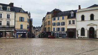 La place de Tremoille, à Laval, est déserte. Les habitants respectent à la lettre le confinement. (ERIC AUDRA / RADIO FRANCE)