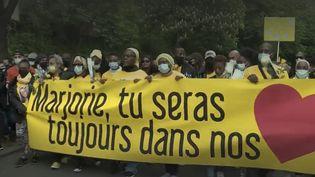 Une marche s'est déroulée, samedi 22 mai à Ivry-sur-Seine (Val-de-Marne), en hommage à Marjorie. L'adolescente de 17 ans a été tuée par un autre adolescent de 14 ans. Sa famille lui a rendu hommage. (FRANCE 2)