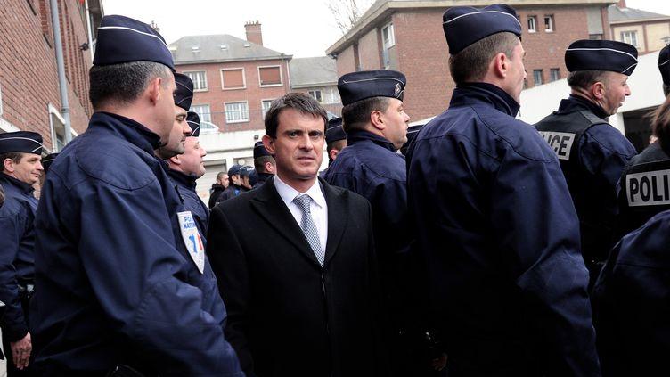 Le ministre de l'Intérieur, Manuel Valls, lors d'un déplacement dans la Zone de sécurité prioritaire d'Amiens-Nord, le 5 avril 2013. (PHILIPPE HUGUEN / AFP)