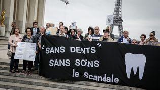 D'anciens patients des centres dentaires Dentexia manifestent à Paris, le 9 mai 2016. (MAXPPP)