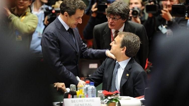 Nicolas Sarkozy saluant le président du Conseil espagnol, José Luis Zapatero, lors du sommet de Bruxelles (16-12-2010) (AFP - ERIC FEFERBERG)